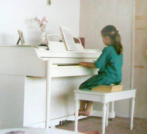 erika_child_piano
