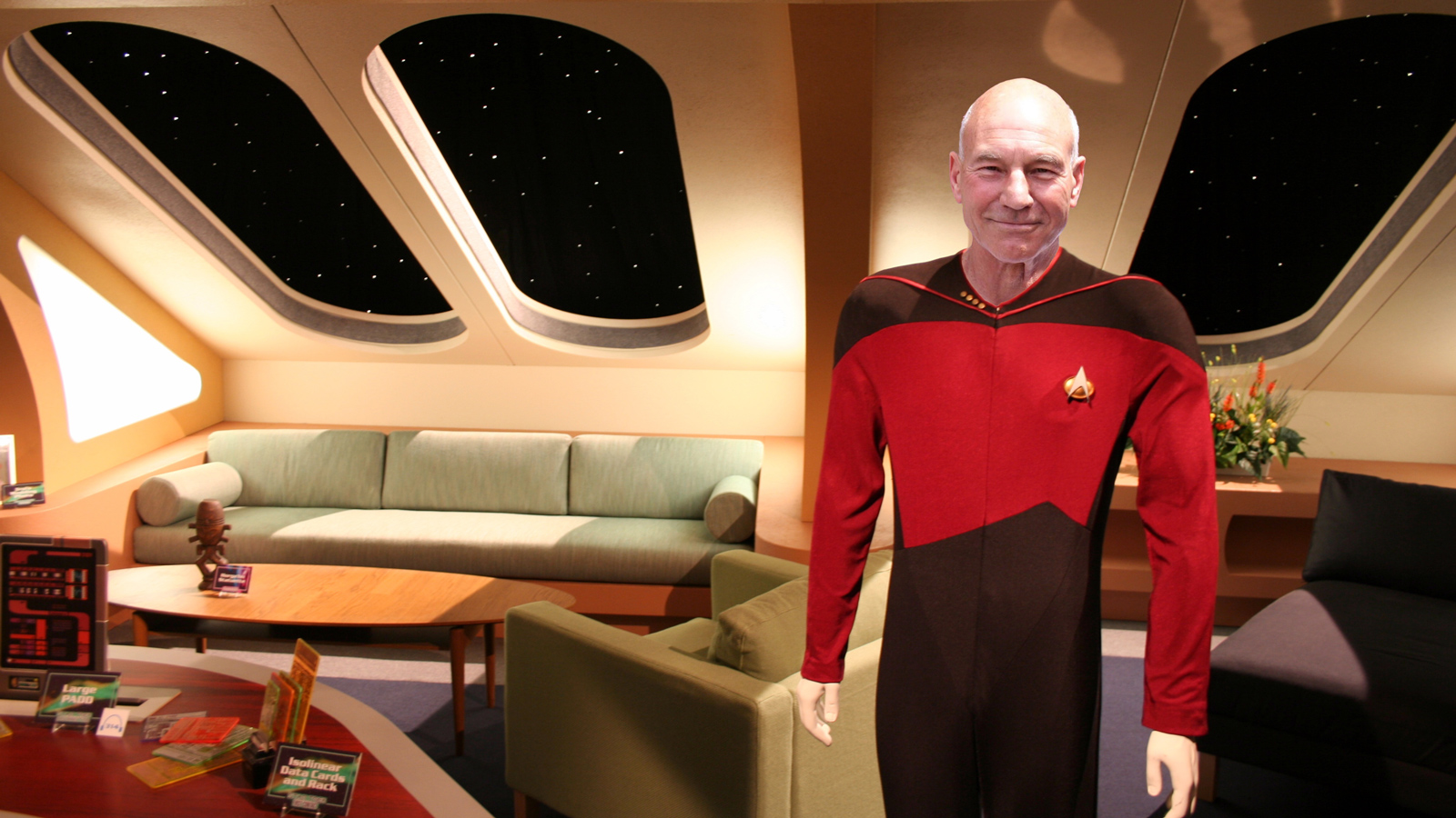 Enterprise-D_crew_quarters_with_captain_Jean-Luc_Picard_v02